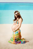 Schwangere Frau auf dem Strand lizenzfreies stockfoto