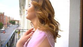 Schwangere Frau auf einem Balkon stock footage