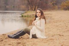 Schwangere Frau auf Herbstweg im Freien, gemütliche warme Stimmung Stockbilder