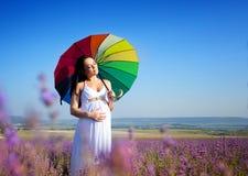 Schwangere Frau auf Lavendelfeld Lizenzfreies Stockbild