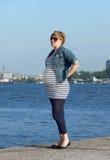 Schwangere Frau auf Pier Stockfoto