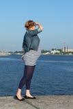 Schwangere Frau auf Pier Lizenzfreie Stockbilder