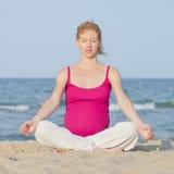 Schwangere Frau auf Strand stockbilder