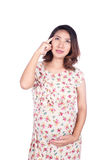 Schwangere Frau beim Kleiderdenken lokalisiert auf Weiß Lizenzfreie Stockfotografie