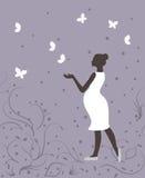 Schwangere Frau in den weißen und weißen Schmetterlingen auf violettem Hintergrund Lizenzfreie Stockbilder