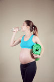 Schwangere Frau in der Aktion lizenzfreies stockfoto