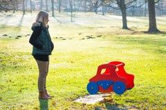 Schwangere Frau der Junge allein der Park Stockfotos