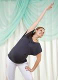 Schwangere Frau der Junge, die Übungen tut Lizenzfreie Stockbilder