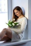 Schwangere Frau mit Blumen Lizenzfreies Stockfoto