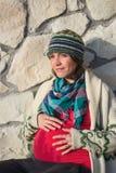 Schwangere Frau der Junge, die draußen aufwirft stockfotografie