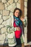 Schwangere Frau der Junge, die draußen aufwirft lizenzfreie stockfotos