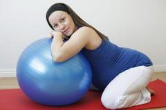 Schwangere Frau der Junge, die eine Entspannungübung w tut Lizenzfreies Stockbild