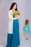 Schwangere Frau der Junge in einem Türkiskleid Lizenzfreie Stockbilder