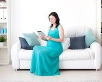 Schwangere Frau der Junge im Schlafzimmer lizenzfreies stockbild