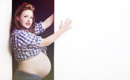 Schwangere Frau der modernen Rothaarigen im Stift herauf Art lizenzfreies stockfoto