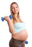 Schwangere Frau des Active auf weißem Hintergrund Stockfotos