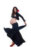 Schwangere Frau des Active, die spanisches Tanzen tut Stockfotografie