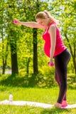 Schwangere Frau des Active mit dem Gewichtstrainieren Lizenzfreie Stockbilder