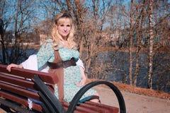 Schwangere Frau des Herbstes draußen Stockfotos