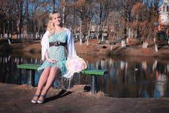 Schwangere Frau des Herbstes draußen Lizenzfreies Stockfoto