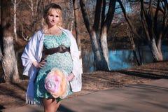 Schwangere Frau des Herbstes draußen Stockfotografie