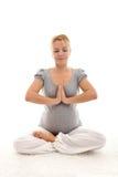 Schwangere Frau, die Übungen auf dem Fußboden tut Lizenzfreie Stockbilder