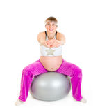 Schwangere Frau, die Übungen auf Eignungkugel tut Lizenzfreies Stockfoto