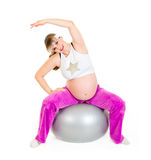 Schwangere Frau, die Übungen auf Eignungkugel tut Lizenzfreie Stockfotografie