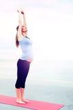 Schwangere Frau, die Aerobicübungen tut Stockfoto
