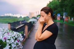 Schwangere Frau, die auf dem Kai und dem Schreien steht Lizenzfreie Stockfotos