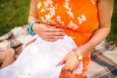 Schwangere Frau, die auf ein Baby wartet Stockfoto