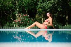 Schwangere Frau, die auf Sommerferien sich entspannt stockbild