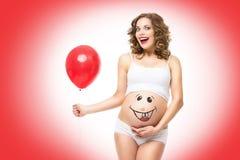 Schwangere Frau, die Ballon hält Stockfotografie