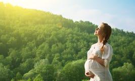 Schwangere Frau, die das Leben sich entspannt und genießt Stockfotografie