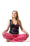 Schwangere Frau, die in der lotos Haltung lächelt Stockbilder