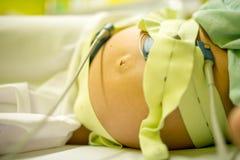 Schwangere Frau, die eine Überprüfung durchmacht Lizenzfreies Stockbild