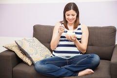 Schwangere Frau, die etwas Eiscreme sich sehnt lizenzfreie stockfotos