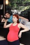 Schwangere Frau, die Fernsehnahaufnahme aufpasst stockfoto