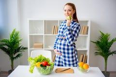 Schwangere Frau, die Frucht isst stockfotos