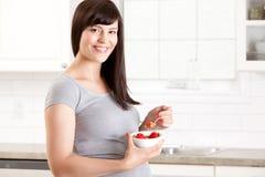 Schwangere Frau, die gesunde Mahlzeit isst Lizenzfreie Stockfotografie