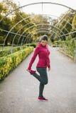 Schwangere Frau, die im Herbst im Freien trainiert stockfotografie