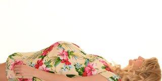 Schwangere Frau, die im Kleid liegt Lizenzfreie Stockbilder