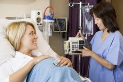 Schwangere Frau, die im Krankenhaus-Bett liegt Lizenzfreie Stockfotografie