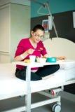 Schwangere Frau, die Lebensmittel in der Krankenstation isst Stockfotos