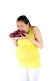 Schwangere Frau, die Muffins isst Stockfotografie