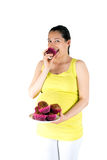 Schwangere Frau, die Muffins isst Lizenzfreie Stockfotos