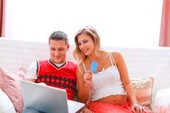 Schwangere Frau, die Onlinekäufe abschließt Lizenzfreie Stockfotos