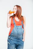 Schwangere Frau, die Orangensaft trinkt Lizenzfreie Stockfotografie