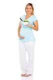 Schwangere Frau, die Salat isst Lizenzfreies Stockfoto