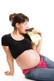 Schwangere Frau, die Schokolade isst lizenzfreies stockfoto